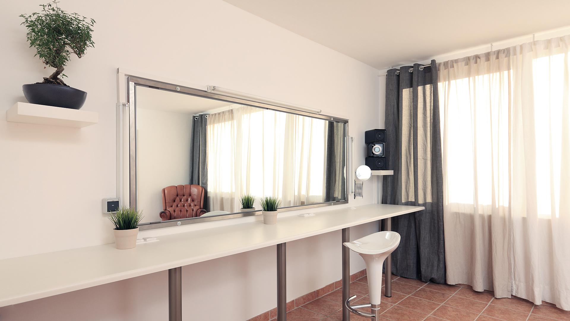 Garderobe und Make-up Kabine mit Tageslicht und direktem Zugang über Rampe an der Gebäuderückseite
